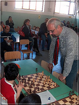 Guiseppe Arabito playing a simul against 30 children