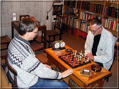 Hans-Jürgen Fresen (on the left) with his lodger Lothar Nikolaiczuk at the original chess board of Adolf Anderssen, next to it the Prague Vesely chess clock from 1908. (photo: Johannes Groß)