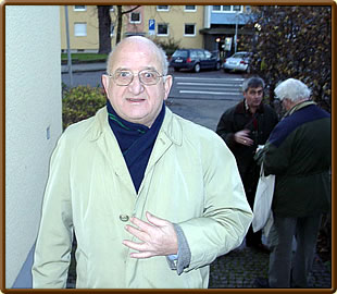 In November 2002 (shortly after his 68th birthday) Ward Stoffelen visited the Klittich-Pfankuch auction in Brunswick; in the background Michael Clapham and Rolf Littorin.