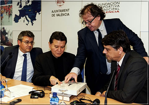 FIDE President Kirsan Ilyumzhinov with the NEBEA volume, flanked by Cristóbal Grau, Adviser on Sport of Valencia City Hall and Javier Ochoa, President of the Spanish Chess Federation.